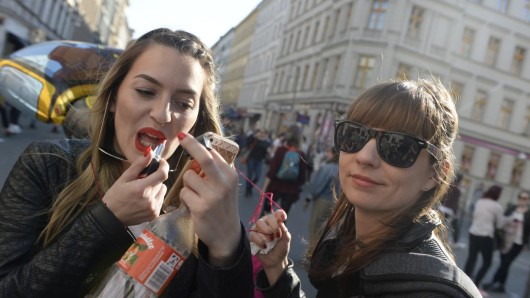 Noch schnell den Lippenstift nachziehen und dann kann die Myfest-Party in Kreuzberg weitergehen