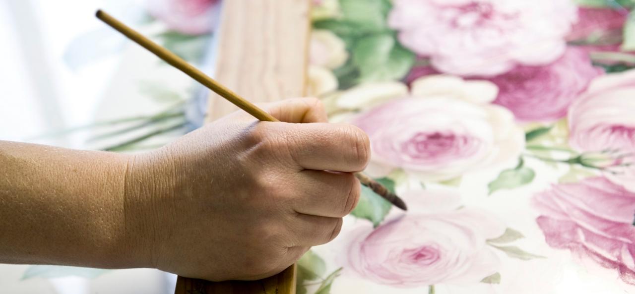In mühsamer Handarbeit wird das Porzellan bemalt, wie hier mit prächtigen Rosen