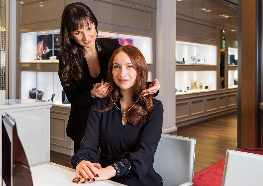 Die Mitarbeiter von Juwelier Lorenz nehmen sich Zeit und beraten jeden Kunden individuell.