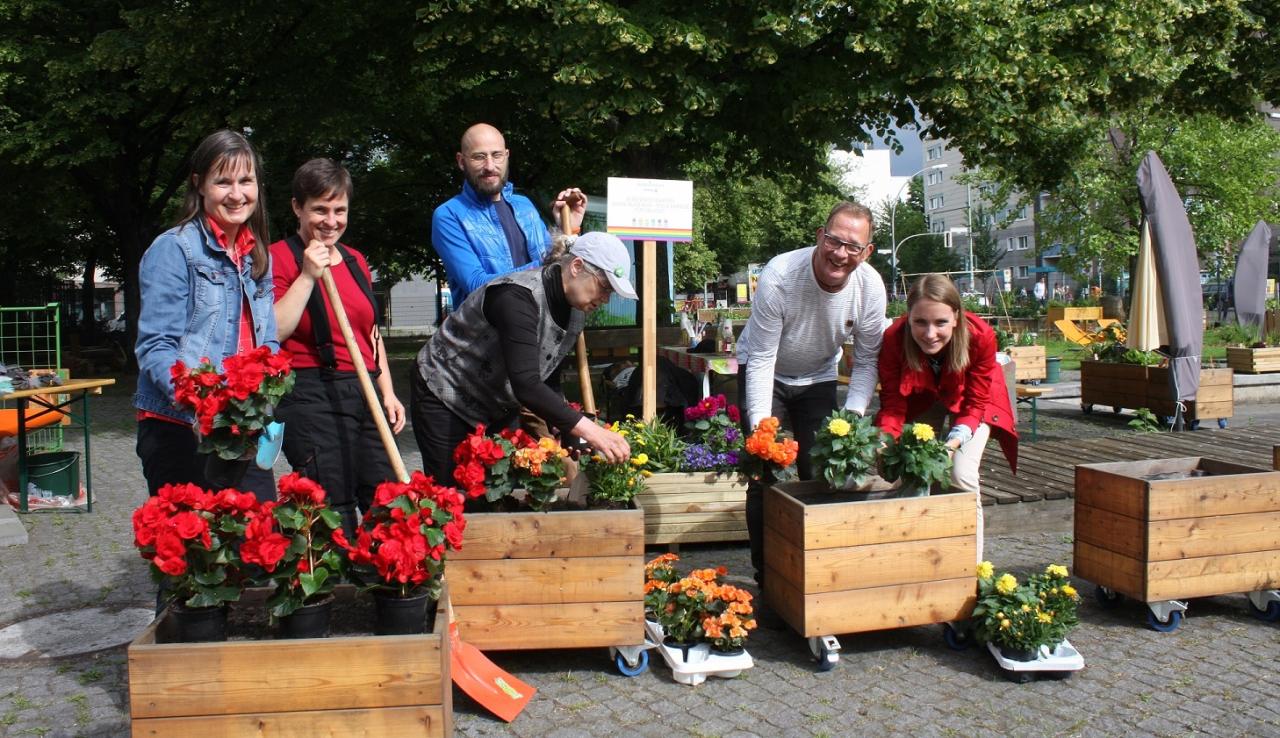 Mitglieder des Vattenfall Rainbow-Networks und Freunde am neu gepflanzten Regenbogenbeet