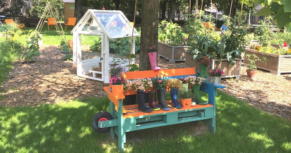 Der Garten am Heizkraftwerk Mitte ist seit April wieder geöffnet. Die Gummistiefel-Minibeete lassen sich kinderleicht selber machen