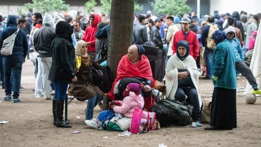 Zahlreiche Flüchtlinge warten am 11.09.2015 auf dem Gelände des Landesamts für Gesundheit und Soziales (Lageso) in Berlin auf einen Termin. (Foto: dpa-Bildfunk)