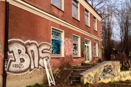 Verlassene Orte, verwilderte Gelände, verwüstete Gebäude: Überall in Berlin stehen Ruinen voller Geschichten und Fragen zur Zukunft.…