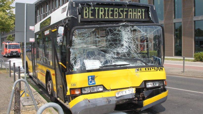zwei bvg busse kollidieren 28 verletzte berlin aktuell berliner morgenpost. Black Bedroom Furniture Sets. Home Design Ideas