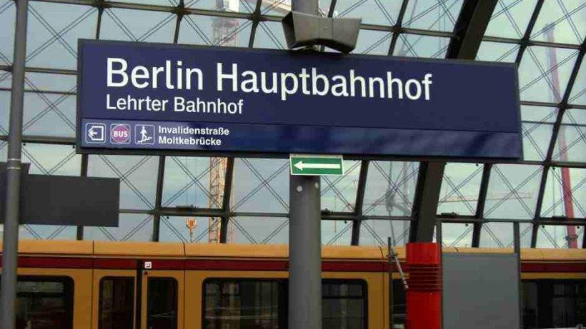lehrter bahnhof lebt weiter schilder wieder angeschraubt berlin aktuell berliner morgenpost. Black Bedroom Furniture Sets. Home Design Ideas