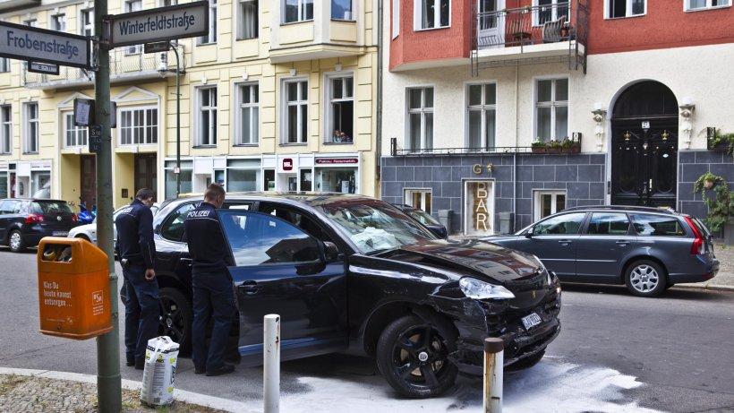 betrunkener porsche fahrer demoliert mehrere autos berlin aktuell berliner morgenpost. Black Bedroom Furniture Sets. Home Design Ideas