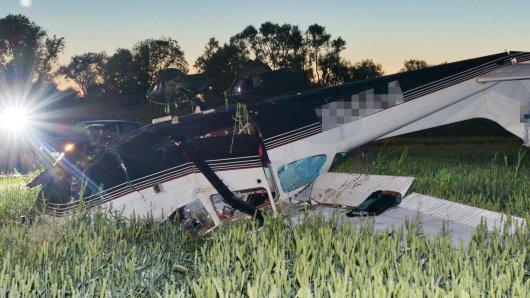 Eine notgelandete Cessna liegt überschlagen in der Nacht am 21.06.2013 auf einem Feld nahe Bienenwerder im Oderbruch (Brandenburg). Bei der Notlandung eines Sportflugzeuges am Freitag sind der Pilot und ein Flugschüler verletzt worden. Die Polizei suchte mit Hubschraubern und Einsatzkräften Stunden lang nach dem Flugschüler, der vermutlich unter Schock weglief. Ein Fährtenhund entdeckte schließlich am Abend den 51-Jährigen aus Berlin an einer Böschung. Der 73 Jahre alte Pilot und Fluglehrer erlitt eine Kopfwunde und kam per Rettungshubschrauber in eine Klinik. Foto: Patrick Pleul/dpa +++(c) dpa - Bildfunk+++