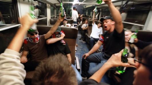 Feiernde Jugendliche in der Bahn