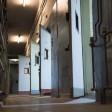 Die Türen stehen im Zellentrakt des ehemaligen Polizeigefängnisses Keibelstraße in Berlin-Mitte offen. Das Gefängnis im einstigen Ost-Berliner Polizeipräsidium nahe dem Alexanderplatz steht seit rund zwanzig Jahren leer, ist aber normalerweise für die Öffentlichkeit gesperrt. Nun konnten Besucher einen Einblick bekommen.