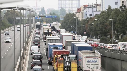 Ein kilometerlanger Stau hatte sich hier auf Stadtautobahn A100 in Berlin durch einen verunglückten Lastwagen gebildet