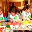 Die Schüler der vierten Klasse der Hohenschönhauser Brodowin-Grundschule  schnippeln im Cooking Club des Olympiastadions  die Zutaten für ein leckeres Pausenbrot