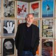 Kuratiert weltweit: René  Block in der Berlinischen Galerie vor den Plakaten seiner Ausstellungen, die er im Laufe der Jahrzehnte erarbeitet  hat