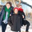 Haben die Jury mit ihrem Filmprojekt überzeugt: Anna Levinson, 28,  links , Mathieu Pelletier, 30,  und Ana Maria Angel, 28 (v.l.).  Im Hintergrund ist die Filmuniversität Babelsberg zu sehen