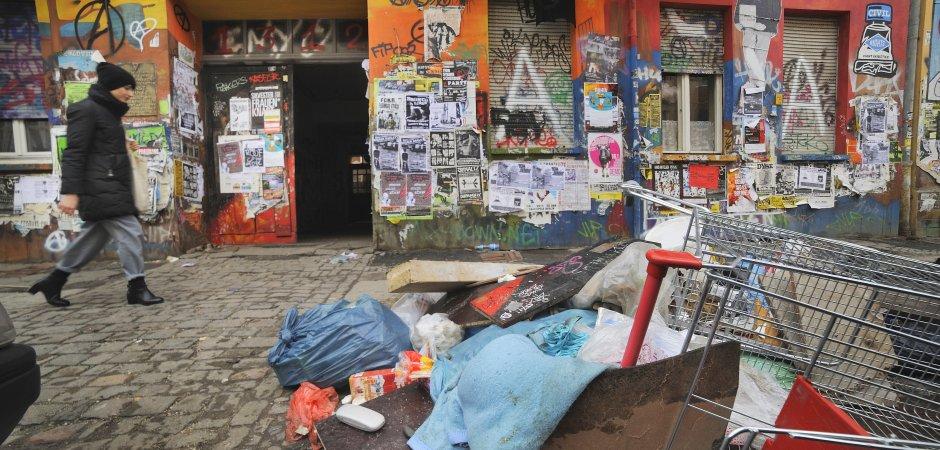 Vor der Hausnummer 94 türmt sich Müll. Am 13. Januar gab es hier einen Großeinsatz der Polizei