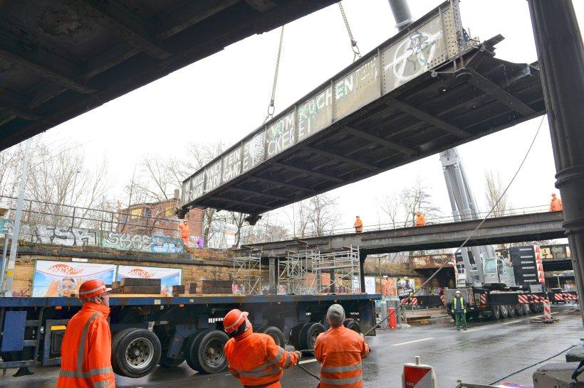 Die Yorckbrücke Nr. 11 wird in Berlin ausgehängt und auf einen Lkw verladen. Die unter Denkmalschutz stehende Brücke soll saniert und später wieder an ihrem ursprünglichen Platz zurückkehren.