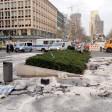 Fahrzeugteile liegen am 01.02.2016 in Berlin nach einem illegalen Autorennen in der Tauentzienstraße. Bei dem illegalen Autorennen ist einFahrer ums Leben gekommen. Drei weitere Autoinsassen wurden schwer verletzt. Foto: Britta Pedersen/dpa +++(c) dpa - Bildfunk+++