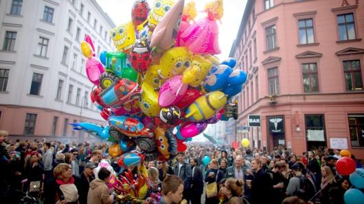 ARCHIV - Bunte Luftballons und zahlreiche Besucher sind am 01.05.2015 in Berlin beim Myfest in Kreuzberg zu sehen. Foto: Kay Nietfeld/dpa (zu lbn vom 31.01.2016) +++(c) dpa - Bildfunk+++