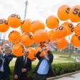 Martin Buck (r), Bereichsleiter Travel & Logistics der Messe Berlin, und David Ruetz (l), Head of ITB Berlin, lassen zusammen mit dem Botschafter der Malediven, Ahmed Shian, Luftballons mit Freikarten in den Himmel steigen.