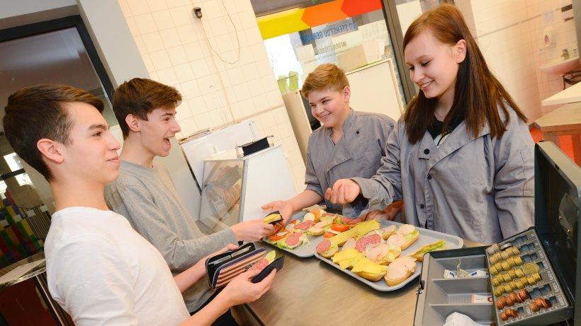 """Konkurrenz für die Caterer: Laura,14, und Rene, 15, von der Schülerfirma """"Just Eat"""" verkaufen an ihrer Weißenseer Schule mittags belegte Brötchen"""