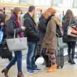 Mitarbeiter der Bundespolizei versuchen, auf einem Bahnhof Taschendiebe auf frischer Tat zu fassen