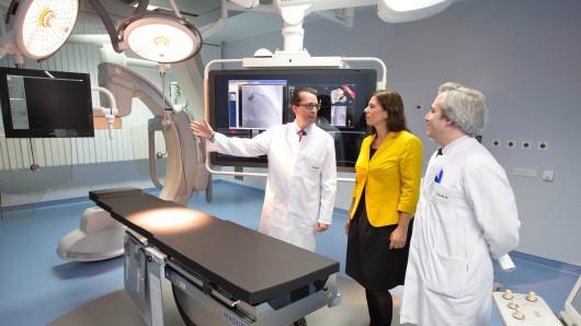 Bildungssenatorin Sandra Scheeres (SPD) ließ sich im Herbst 2015 von den Medizinern Andreas Greiner (l.) und Ulf Landmesser einen neuen hochmodernen Hybrid-OP-Saal im Campus Benjamin Franklin erklären