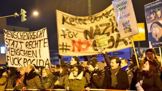 Mit gleich drei Gegendemonstrationen stellten sich die Potsdamer dem Spaziergang von etwa 70 Pogida-Anhängern in der Stadt entgegen. Insgesamt 800 Polizisten sorgten dafür, dass alles friedlich blieb