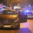 Der Unfallwagen am Wittenbergplatz. Ein Taxi hatte den Fahrer gestoppt