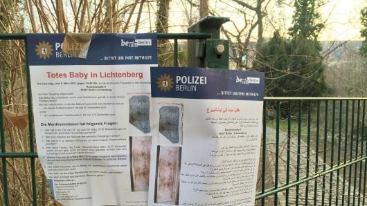 Die Polizei hing Plakate in deutscher und arabischer Sprache aus, um Hinweisgeber zu suchen