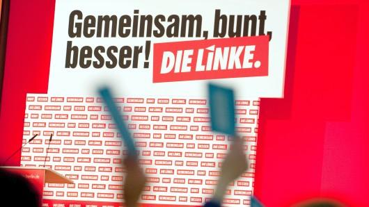Delegierte des 5. Landesparteitages der Partei Die Linke stimmen am 11.03.2016 in Berlin mit Stimmkarten ab. Der Parteitag dauert bis zum 12. März 2016. Foto: Klaus-Dietmar Gabbert/dpa +++(c) dpa - Bildfunk+++