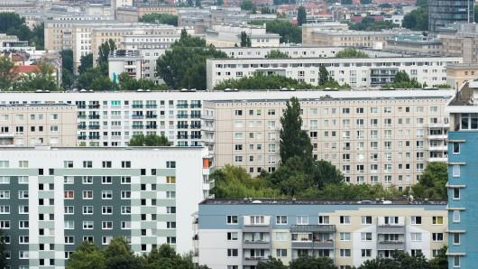 Wohnblöcke, aufgenommen am 21.07.2015 in Berlin. Foto: Lukas Schulze/dpa [ Rechtehinweis: Verwendung weltweit, usage worldwide ]