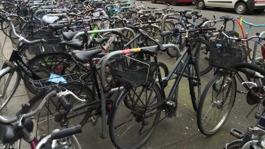 Volle Fahrradstellplätze am S- Bahnhof Frankfurter Allee, neben dem Ring-Center
