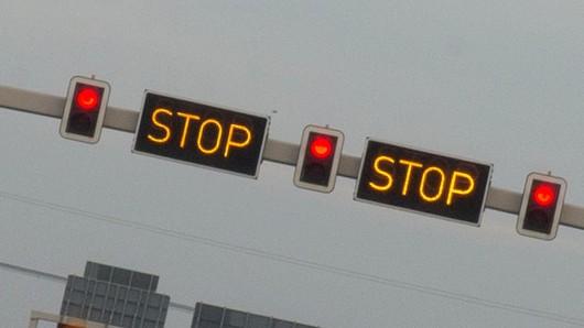 Mit Hinweisschildern, Warnkreuzen und Stop Schildern wird am 01.02.2016 auf der Autobahn (A113) in Berlin auf eine Vollsperrung durchgeführt. Foto: Arno Burgi/dpa