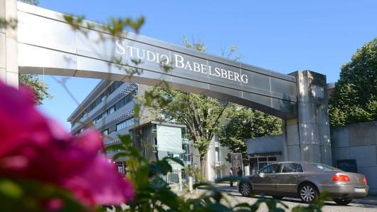 Ein Plakat am Eingangstor zum Studio Babelsberg. Zuden Filmprojekten gehörte 2015 u.a. die komplette fünfte Staffel von Homeland