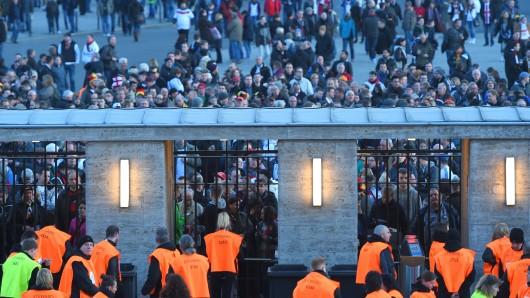 Fußball: Länderspiele, Deutschland - England am 26.03.2016 in Olympiastadion, Berlin. Zuschauer warten auf Einlass vor dem Stadion. Foto: Soeren Stache/dpa