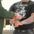 Ein Justizbeamter öffnet  im sogenannten Bandidos-Prozess am Landgericht Gera 2010 vor der Urteilsverkündung die Handschellen eines Angeklagten. In Berlin sitzt jeder 20. Rocker im Gefängnis.