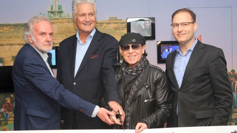 scorpions s nger meine er ffnet neues mauermuseum leute in berlin promis prominente. Black Bedroom Furniture Sets. Home Design Ideas