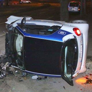 Ein riesiges Trümmerfeld und eine schwer verletzte Person sind die Bilanz dieses Unfalls in Wilmersdorf im April 2016. Der Carsharing-Smart war mit überhöhter Geschwindigkeit unterwegs gewesen