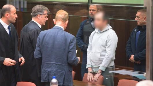 Der Angeklagte (helle Jacke) verfolgte seinen Prozess hinter Panzerglas