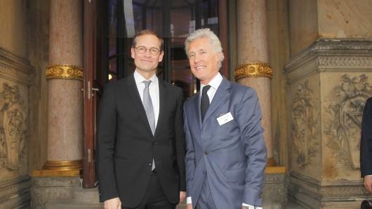 Michael Müller und Wall AG-Eigentümer  Jean Francis Decaux beim Parlamentarischen Empfang der Wall AG im Gropiusbau