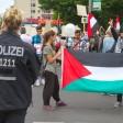 Teilnehmer der Al-Kuds-Demonstration zeigen die palästinensische Flagge