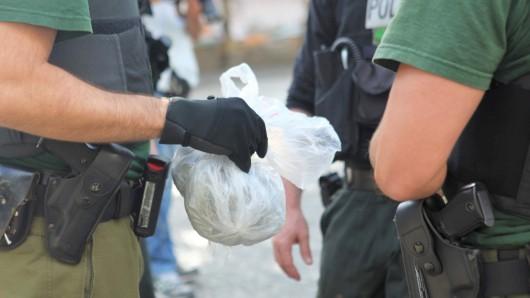 Das Bild zeigt Polizisten bei einem Zugriff im Görlitzer Park