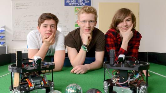 Nicolas, Lorenz und Finn (v.l.) lassen ihre Soccer-Maschinen um die Teilnahme an der Roboter-WM kämpfen