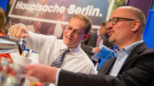 Berlins Regierender Bürgermeister Michael Müller (l, SPD) ganz versöhnlich mit dem SPD-Landesvorsitzenden Jan Stöß - den er mit seiner Kandidatur vom Chefposten verdrängt hat