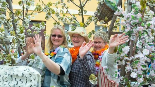 Mitglieder eines Vereins aus Derwitz präsentieren sich beim Festumzug vor der Eröffnung des Baumblütenfestes