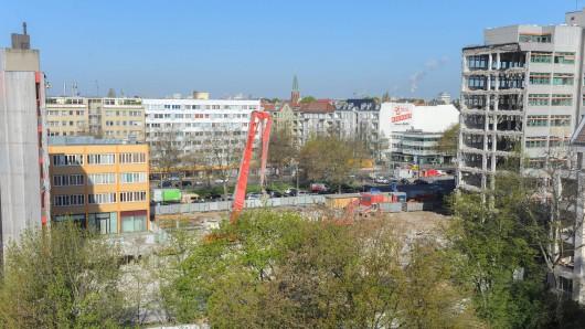Von dem ehemaligen Gebäude steht nur noch ein kleiner Teil (rechter Bildrand), der größere wurde bereits abgerissen. Diesen freien Blick gibt es aber nur so lange, bis die Arbeiten für den Neubau starten