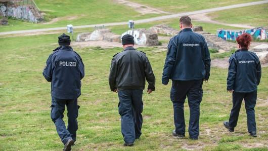 Polizisten und Mitarbeiter des Ordnungsamtes laufen durch den Görlitzer Park
