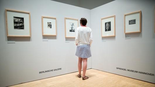 Eine Besucherin steht in der Ausstellung des Fotografen Otto Maximilian Umbehr (genannt UMBO) in der Berlinischen Galerie
