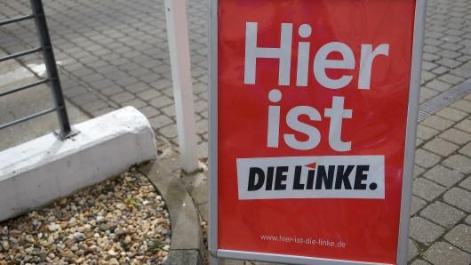 Ein Plakataufsteller der Partei Die Linke.