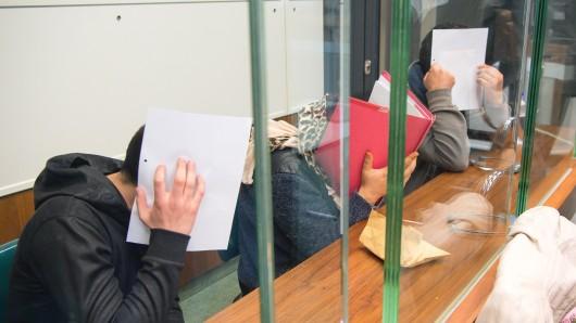 Die drei Angeklagten, die von Rumänien aus Taschendiebstähle in Berlin organisiert haben sollen