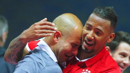 Da kamen Pep Guardiola die Tränen - der Bayern-Trainer mit Jerome Boateng nach dem Sieg.